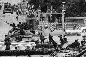 Clip: Hai xe tăng mang số hiệu 390 và 843 húc đổ cổng Dinh Độc Lập