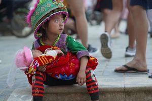 Địu trẻ em 'đỏ hỏn' ra bán hàng rong ở Sa Pa dịp nghỉ lễ