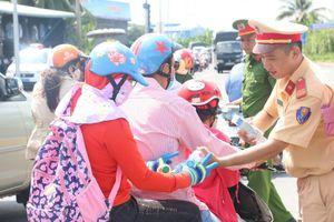 Công an quận Ô Môn - Cần Thơ tặng 5.000 chai nước suối, khăn lạnh cho người dân