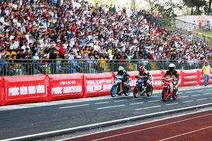 Các tay đua mô tô hâm nóng không khí thành phố Cần Thơ