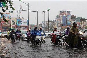 Hà Nội có mưa to đến rất to, nhiều tuyến phố bị ngập úng