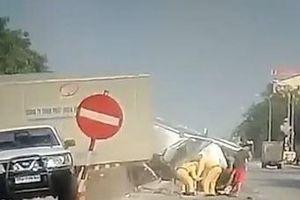 Clip: Ô tô bị container húc bay qua giải phân cách khi chờ đèn đỏ