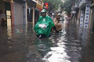 Mưa lớn, nhiều ngõ phố Hà Nội nước ngập lưng bánh xe
