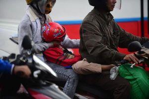 Trẻ em mệt nhoài theo cha mẹ trở lại Sài Gòn sau lễ