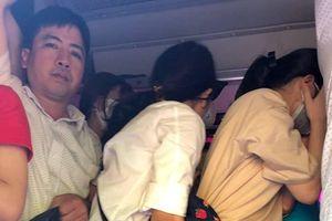Hà Nội: Khiếp vía xe khách 29 chỗ nhồi nhét 73 người, hành khách nín thở trên xe
