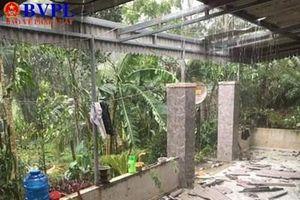 Hàng trăm nhà dân tốc mái do mưa lớn kèm lốc xoáy bất ngờ