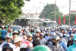 Người lớn, trẻ con 'tay xách nách mang' vật vã trở lại Hà Nội sau kỳ nghỉ lễ, nhiều tuyến đường đông nghẹt thở