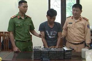 Mật phục bắt đối tượng vận chuyển 26 bánh heroin