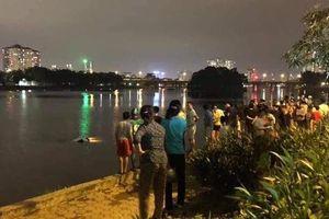 Hà Nội: Tài xế ô tô 4 chỗ mất lái, lao xe xuống hồ Linh Đàm khiến nhiều người thót tim