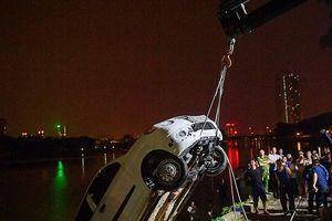 Trục vớt chiếc xe 'tắm' hồ Linh Đàm trong đêm