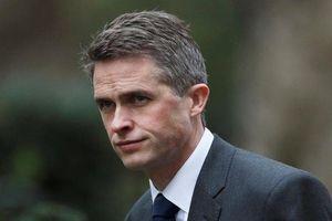 Thủ tướng Anh cách chức Bộ trưởng Quốc phòng