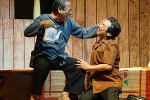 Kịch 'Lạc dòng' khiến khán giả rưng rưng