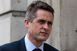 Thủ tướng Anh sa thải Bộ trưởng Quốc phòng vì làm lộ thông tin