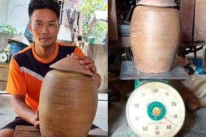 Một người dân Nghệ An phát hiện hũ tiền cổ nặng 36 kg khi đào móng nhà