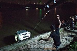 Hà Nội: Xe ô tô 4 chỗ mất lái, lao thẳng xuống hồ Linh Đàm