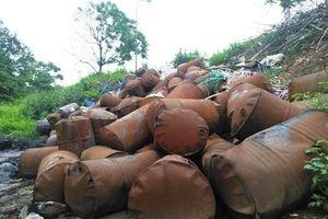 Kinh hãi rác thải nguy hại ở Đại lộ Thăng Long