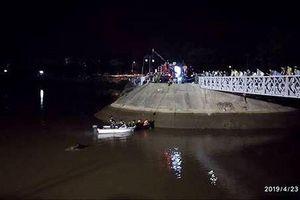 Say rượu lái ô tô đi nhầm đường, cả người và xe rơi xuống sông