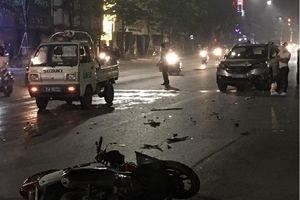 Hà Nội: Đi ngược chiều, xe máy bị ô tô tông văng xa chục mét