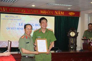 Trao quyết định nghỉ chờ hưu cho Phó Giám đốc Công an tỉnh Hòa Bình