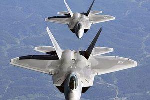 Vì sao phi công máy bay F-22 phải học dùng súng carbine?