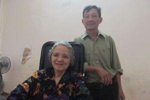 Xúc động tình yêu của người chồng chăm sóc vợ 24 năm bị bại liệt