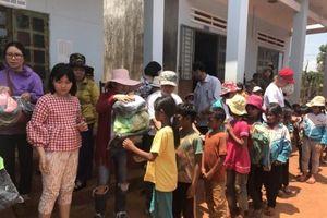 Huyện Chư Sê (tỉnh Gia Lai): Tặng quà cho đồng bào nghèo và học sinh khó khăn