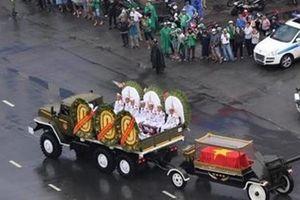 Người dân TP Hồ Chí Minh đội mưa tiễn biệt nguyên Chủ tịch nước Lê Đức Anh