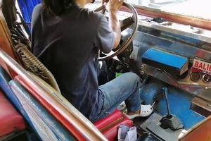 Tài xế dùng chân sang số ôtô điêu luyện