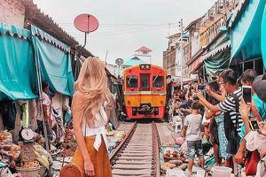 Du khách liều mạng chụp ảnh giữa chợ đường tàu Thái Lan