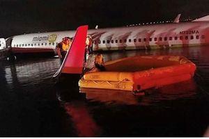 Hỗ trợ khẩn cấp máy bay Boeing 737 rơi xuống sông