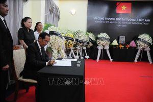 Tướng lĩnh, sĩ quan cấp cao Quân đội Hoàng gia Campuchia viếng Đại tướng Lê Đức Anh