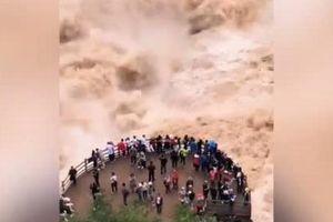 Du khách liều mạng xem dòng nước như quái vật ở Trung Quốc