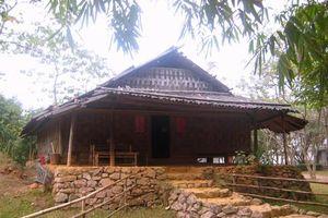 Độc đáo nhà nửa sàn nửa đất của người Dao