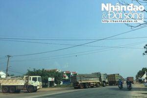 Quảng Ngãi: Đoàn xe quá tải từ mỏ đất của VSIP 'nghênh ngang' cày xới QL 1A