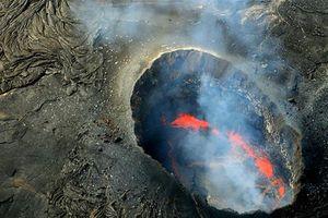 Du khách rơi xuống ngọn núi lửa đang sôi sục
