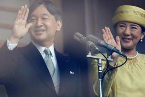 Tân Nhật hoàng rạng rỡ vẫy chào người dân trong lần đầu xuất hiện