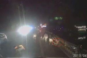 Bấm còi xin đường, tài xế container bị đánh bầm dập mặt mũi: Truy tìm nhóm người côn đồ