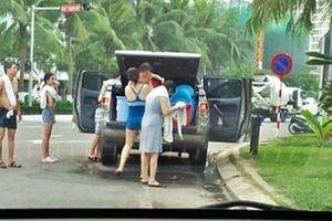 Du khách dừng xe giữa Đà Nẵng tắm tráng: Tắm rất nhanh