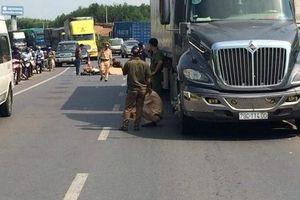 Ngã xuống đường sau va chạm, người đàn ông bị xe container cán tử vong