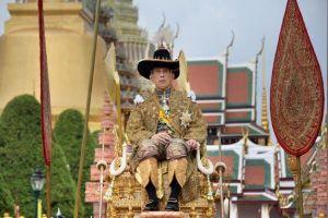 Người dân Thái Lan xếp hàng dài, 'xí chỗ' đẹp chờ xem lễ rước tân vương