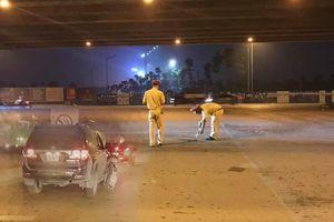 Ô tô biển xanh đâm người lái xe ôm nguy kịch rồi bỏ chạy tại Hà Nội