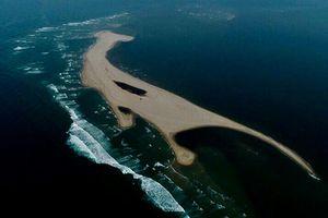 Đi trên đảo cát đang cựa quậy…