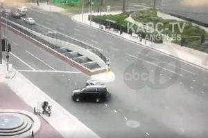 Vượt đèn đỏ, xe của thị trưởng tông văng mô-tô cảnh sát