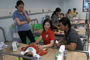 Hội Chữ thập đỏ Việt Nam trao quà cho bệnh nhi khó khăn