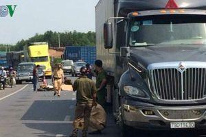 Tông vào đuôi xe tải, người đàn ông ngã xuống đường bị xe đè tử vong