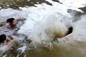 Nhóm học sinh lớp 7 rủ nhau tắm sông Mã, 4 em đuối nước tử vong