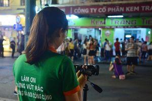 Ghi hình xử phạt hành vi xả rác nơi công cộng ở Hà Nội