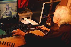 Ông lão 101 tuổi dạy nhạc dân tộc qua Internet