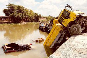 Xe ben lao xuống sông nhấn chìm chiếc ghe, 2 người thoát chết