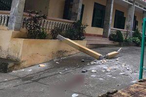 Bị cột bê tông trang trí ở trường rơi trúng, 2 học sinh lớp 8 nhập viện
